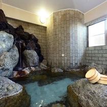 【大浴場】ゴロゴロとした天然岩の迫力を楽しむ地下1階『大地の湯』