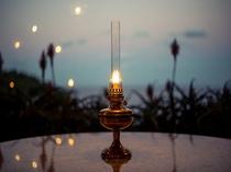 【ダイニング】ディナータイムには、このランプを各テーブルへ灯します。