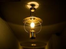 【マリンランプ】船乗りたちが1日の疲れを癒す船室(キャビン)で多く使用された吊り下げ型のランプ。