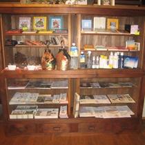 ギャラリー この商品棚はここが以前八百屋さんだった頃の商品戸棚をリノベーションしたものです