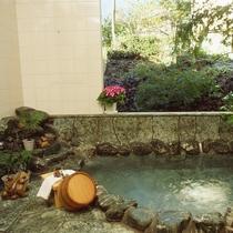 伊豆高原温泉の岩風呂でゆったり♪24時間入浴可能です