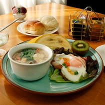 食べるスープ鶏飯とおかわりOKのあつあつパン!
