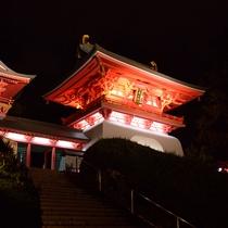 *【赤間神宮 水天門】竜宮城を模した神門。夜はライトアップされ、朱色が一層鮮やかに輝きます。