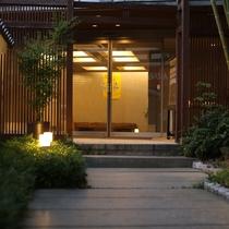 竹林と白壁と石畳のアプローチ