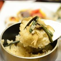 ご夕食一例(釜飯)/ほっくほくの釜飯と食べるとお箸が止まらなくなるはず。