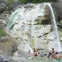 *【川原毛大湯滝】秘湯として名高い大湯滝。