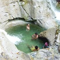 *【川原毛大湯滝】滝壺はまるで天然の露天風呂!