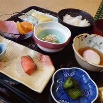 *【朝食一例】自家栽培の野菜などを使った優しい和朝食。