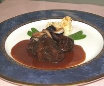 お肉料理の例 牛頬肉の赤ワイン煮込み
