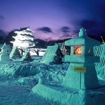*【弘前城(冬)】雪燈籠まつりでは、500基に及ぶ大小様々な燈籠や雪像が公園内に並びます。