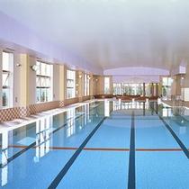 *【屋内プール】1年通してご利用頂ける25mの温水プールです!