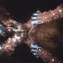 *【弘前城(夜)】夜は桜がライトアップされ、昼とはまた違う幻想的な雰囲気。