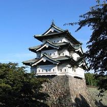 *【弘前城】今も弘前のシンボルとして人々に親しまれている、堂々とした佇まいの天守閣。