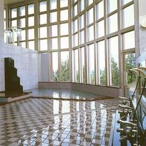 *【大浴場(白鳥座内)】高い天井、大きく取られた窓が開放的。