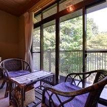 *和室(客室一例)/窓辺に腰かけて旅情に浸るひと時を。