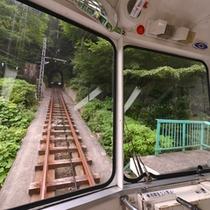 *ケーブルカーの中より、線路を臨む。