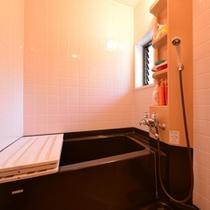 *和室(客室一例)/バスルームを完備いたしております。