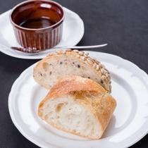 *ご夕食一例(パン)/香ばしい香りが広がる自家製パン。
