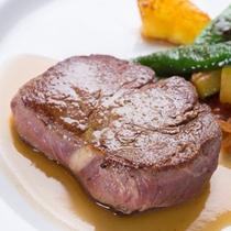 *ご夕食一例(ステーキ)/牛肉の脂の旨みが口一杯に広がり、幸福感は最高潮に。