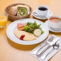*ご朝食一例/王道のプレーンオムレツにサラダ、パン、季節のスープ。朝の定番メニューでお目覚め下さい。