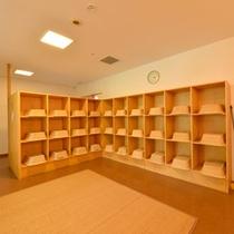 *脱衣処(昭和校舎)/清潔感のある、ゆったり広々とした脱衣スペース。