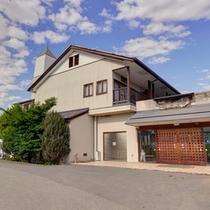*昭和校舎(宿泊棟)/ご宿泊はこちらにて。南アルプスの自然に囲まれて、ごゆっくりお寛ぎ下さい。