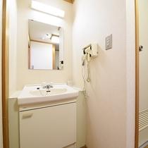 *【洋室シングル一例】独立洗面台もあり!時間のない朝も便利ですよ。※設置はお部屋により異なります。