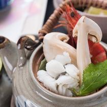 *【松茸尽くし会席一例】脂ののった秋の鱧と松茸の味覚が融合した一品。