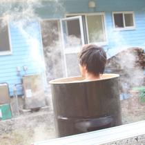 薪割りから火おこしまで体験できるユニークなドラム缶風呂を楽しもう♪
