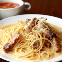 【カルボナーラ】あっさりしたカルボナーラにパン&サラダ&スープ付きです。