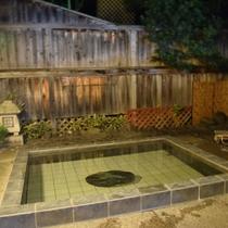 【露天風呂】開放感溢れる露天風呂。夜は雰囲気が変わります。