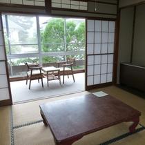 *【客室一例】外の景色を眺めながら静かな休日を。