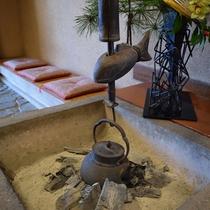 【囲炉裏】館内には囲炉裏がございます。レトロな雰囲気をお楽しみください。