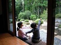 29. 離れから眺める庭園は、お客様だけの専用の景色。【〜4名様:しゃくなげ23号館-スウィートⅢ】