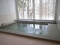 84. 大きな窓と大きな浴槽の明るい浴室。家族みんなでどうぞ。【〜10名様:しゃくなげ10号館】