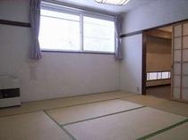 83. 2階の寝室は、10畳と8畳。2階にもトイレがあります 【〜10名様:しゃくなげ10号館】