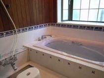 79. かわいい色使いのタイルと木目のお風呂はジェットバス仕様。【〜8名様:しゃくなげ12号館】
