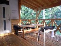 65. 屋根付きウッドデッキがあり、眺めを楽しみながらのバーベキュー 【〜8名様:しゃくなげ1号館】