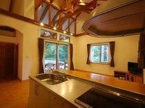 32. オープンキッチンとリビング、屋根付きテラスが一体となって使える【〜4名様:しゃくなげ5号館