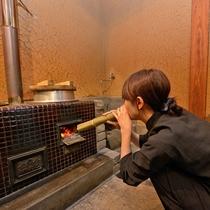 *【ふかほりのかまど】十六穀米はホール横のかまどで毎日炊き上げます。