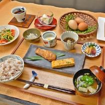 *【ある日の朝食】敷地内で育った鶏の産みたて卵や十六穀米など体に優しい朝ごはん