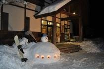 玄関に雪だるま