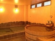 大きな檜風呂でゆったり疲れを癒して下さい