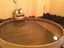 湯量たっぷりの檜風呂。きっと疲れも吹き飛びます