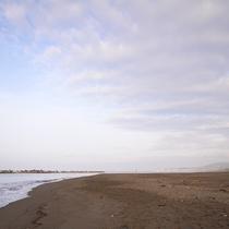 *平塚海岸/当館から気軽に足を伸ばせるビーチ。ウォーキングやペットのお散歩に最適。