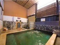 良泉で知られる杖立温泉。「むし湯」付き大浴場。