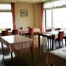*【館内】相模湾を眺めながら食事が楽しめる食堂。