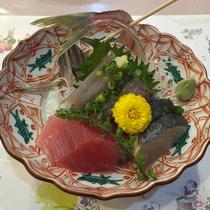 *夕食(一例)真鶴名物の鯵・鮪などが並ぶお刺身です。