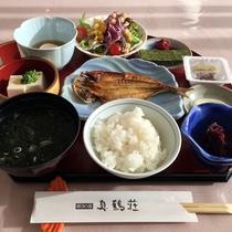*朝食(一例)干物、納豆、温泉卵などが並ぶ和朝食です。