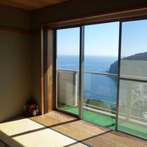 *お部屋の窓から、目の前に広がる真鶴の海をご覧いただけます。